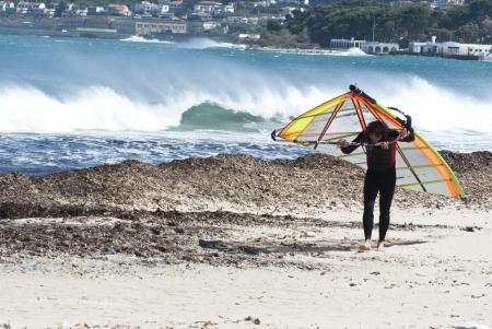mondello: uomo sul windsurf a Mondello