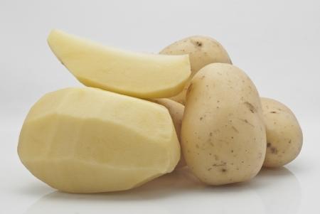 soyulmuş: Yeni patates beyaz zemin üzerine izole Stok Fotoğraf