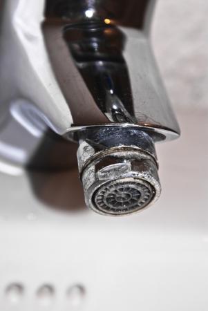 Cromo rubinetto sopra, incrostato e calcareo Archivio Fotografico - 19315964