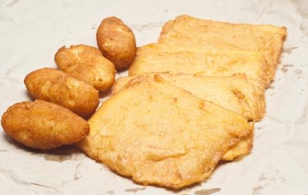 sycylijski: Kanapka z panelle i crocchette na białym tle. typowy sycylijski food
