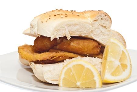 sycylijski: Kanapka z Panelle i crocchette na białym tle. typowy sycylijski żywności