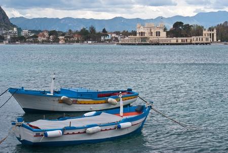 mondello: Vecchie barche in spiaggia di Mondello. Palermo, Sicilia, Italia Archivio Fotografico