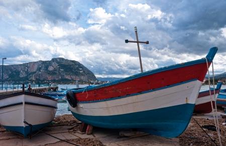 mondello: Vecchia barca alla spiaggia di Mondello a Palermo, Sicilia