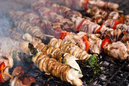 intestinos: Comida de la calle Stigghiole-t�pico en Palermo. cordero, cabra o cerdo vientre con sabor a cebolla y el perejil y la parrilla sobre las brasas Foto de archivo