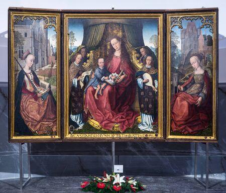 triptico: Polizzi Generosa, Italia 25-DICIEMBRE DE 2015: tríptico flamenco en la iglesia principal de Polizzi Generosa.It es atribuida a Rogier van der Weyden, uno de los maestros de la pintura flamenca en el siglo 15