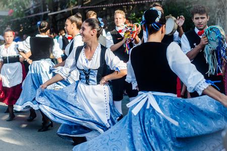 Polizzi Generosa, Sicilië-9 augustus 2015: Siciliaanse volksgroep op het Festival van hazelnoten, muziek en parade door de stad in Polizzi Generosa, Sicilië, Italië