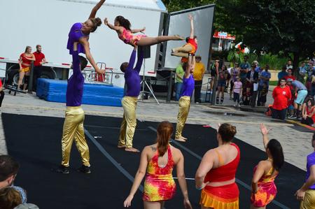 ブルーミントン市、アメリカ合衆国 - 2016 年 8 月 27 日 - とうもろこし、ブルース フェスティバルでサーカスの cirucs 出演者