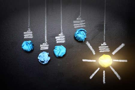 lampadina-spiegazzato-paper-on-lampadina-accartocciato-paper-on-lavagna-idea-concetto-sfondo