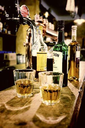vidrio con wiskey en el viejo pub