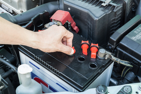 bateria: comprobar la bater�a del coche Foto de archivo