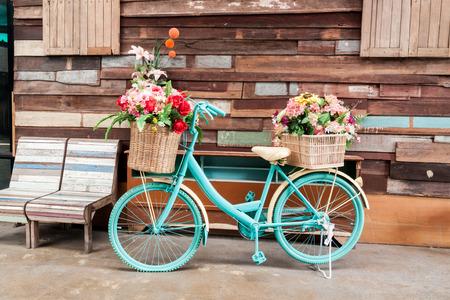 vintage: bicicleta do vintage no vintage parede da casa de madeira Banco de Imagens