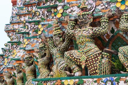 giant statue of wat arun pagoda
