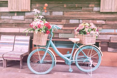 bicicleta retro: bicicleta de la vendimia en la pared de la casa de madera de época