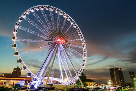 BANGKOK THAILAND - OCTOBER 29 : Ferris Wheel  in ASIATIQUE The Riverfront at twilight time , on October 29, 2015 in Bangkok, Thailand. Publikacyjne