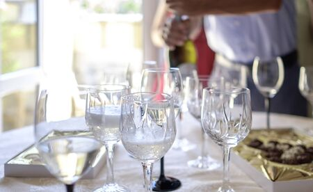 Man pours champagne into glasses on table 1 Banque d'images