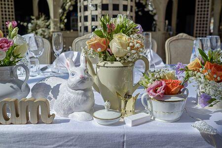 Stół weselny ozdobiony kwiatami ogrodowymi 1