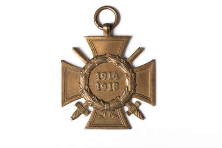 Eine deutsche Quermilitärmedaille vom ersten Weltkrieg mit Alter 1914-1918 auf dem weißen Hintergrund lokalisiert mit Schatten Standard-Bild - 61921872