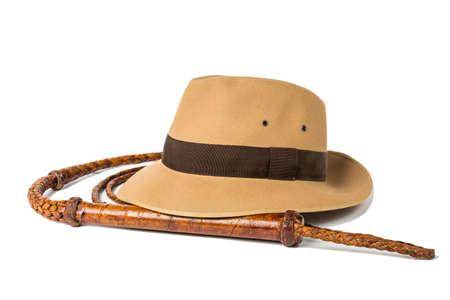 概念冒険。フェドーラ帽、白い背景に分離された鞭。