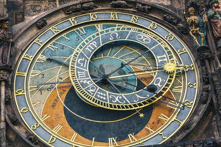 Detalle del reloj astronómico en la plaza de la ciudad vieja en Praga, República Checa. Imagen en tonos. Foto de archivo - 80062915