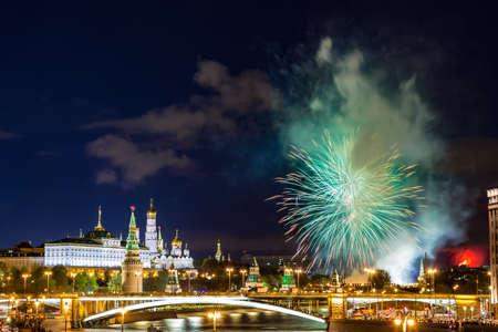モスクワ、ロシアの青の時間中に花火でクレムリンの様子ロシアで 5 月 9 日勝利日の祭典。