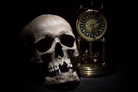 인간의 두개골 빈티지 시계와 검은 배경에 가까이