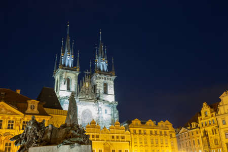 loophole: Church of Our Lady Tyn and Jan Hus statue from Old Town Square Staromestska Prague at night Stock Photo