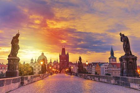 日没、チェコ共和国中のプラハのカレル橋の景色。世界の有名なプラハのランドマーク