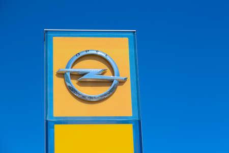 Moskau, Russland - Mai 2018: Opel Autohaus Zeichen. Opel ist der deutsche Hersteller von Automobilen und Nutzfahrzeugen. Eigentümer ist die PSA Group.