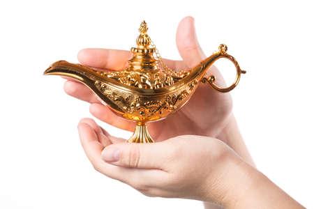 Reiben magischer Lampe mit weiblichen Händen lokalisiert auf weißem Hintergrund. Konzept für Wunsch, Glück und Magie