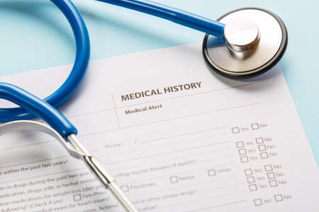 Estetoscopio y formulario de historial médico del paciente. Concepto de diagnóstico de verificación de salud