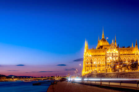 Parliament and riverside with light trails in Budapest Hungary during blue hour sunset. Foto de archivo - 116535588
