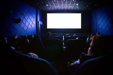 Gente en el cine viendo una película.