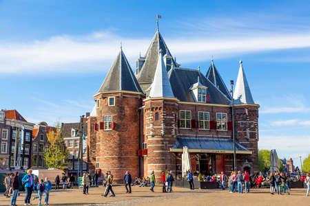 Amsterdam, Holland - mei, 2018: De Waag middeleeuws gebouw op de Nieuwmarkt of het nieuwe marktplein met blauwe lucht