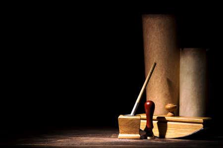 Concept de littérature et de poésie. Ancien encrier avec stylo plume, buvard, joint près des rouleaux sur fond noir. Lumière dramatique et espace libre. Vintage nature morte Banque d'images