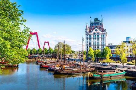 Rotterdam, Hollande méridionale, Pays-Bas - Mai 2018 : Oude Haven Harbour, Pont Willemsbrug, ancien quai de chantier naval, Navires, Musée Openlucht Binnenvaart pendant la journée d'été ensoleillée à Rotterdam