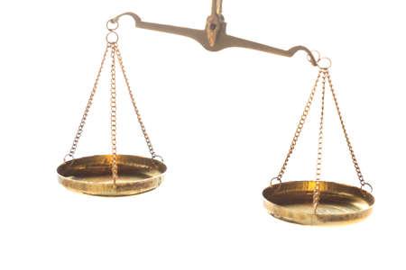 Scale dell'equilibrio d'ottone del giudice di legge della giustizia su fondo bianco. Immagine ravvicinata. Archivio Fotografico