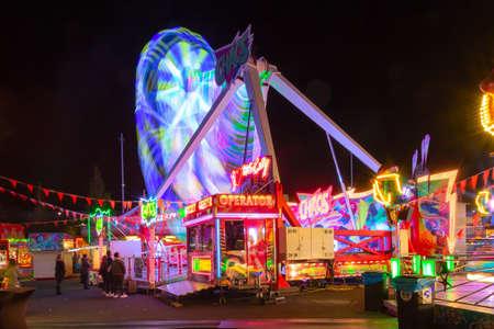 Rotterdam, Países Bajos - mayo de 2018: Resumen, disparo de larga exposición de atracción de carrusel giratorio en el parque de atracciones en la tarde y la iluminación nocturna en Rotterdam