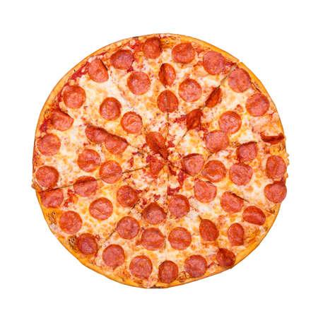 Pizza gustosa fresca con salsiccia per pizza isolato su sfondo bianco. Vista dall'alto.
