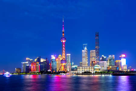 Cityscape of Shanghai at twilight sunset. Panoramic view of Pudong business district skyline from the Bund 免版税图像