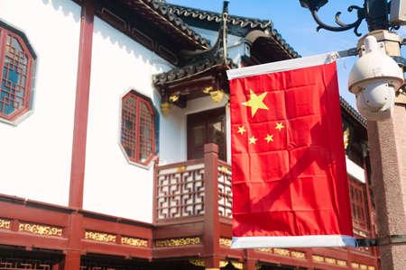 Drapeau national rouge de la Chine contre de vieux bâtiments chinois au jardin Yuyuan à Shanghai, Chine