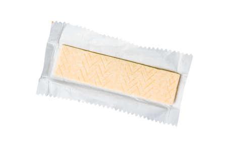 Goma de mascar en papel de envolver aislado sobre fondo blanco.