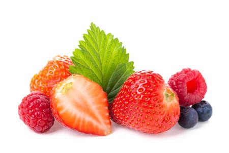 Grupo de bayas de alimentos saludables. Foto de frambuesas frescas, arándanos y fresas con hojas aisladas sobre fondo blanco.