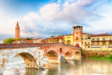 Famous Verona landmark. Ponte di Pietra over Adige river during sunrise in Verona, Italy. Banque d'images
