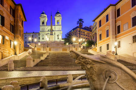 Place d'Espagne, Piazza di Spagna, Fontaine della Barcaccia et église Trinita dei Monti pendant le lever du soleil du matin à Rome, Italie