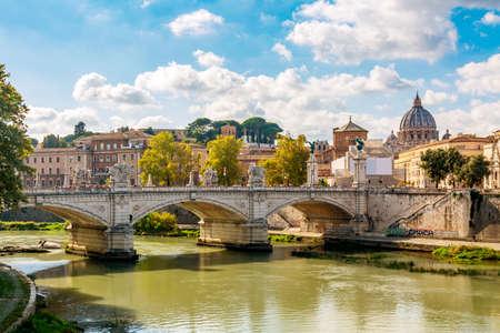 Basilica di San Pietro con ponte e fiume Tevere a Roma durante la giornata di sole estivo, Italia.