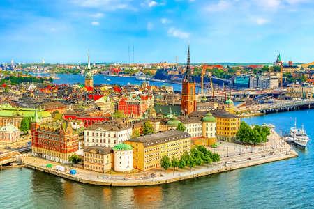 Gamla Stan, die Altstadt von Stockholm an einem sonnigen Sommertag, Schweden. Luftaufnahme vom Stockholmer Rathaus Stadshuset