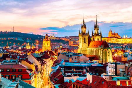 Erstaunliche Stadtbildansicht der Prager Burg und der Kirche unserer Dame Tyn, Tschechische Republik während der Sonnenuntergangszeit. Blick vom Pulverturm. Weltberühmte Sehenswürdigkeiten in Europa