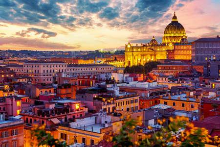 Vista del paisaje urbano de Roma al atardecer con la Catedral de San Pedro en el Vaticano