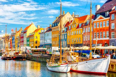 Kopenhagener ikonischer Blick. Berühmter alter Nyhavn-Hafen im Zentrum von Kopenhagen, Dänemark während des sonnigen Sommertages.
