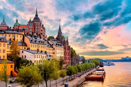 Stockholm, Schweden. Malerischer Sommersonnenuntergang mit buntem Himmel der Altstadtarchitektur im Stadtteil Sodermalm Standard-Bild